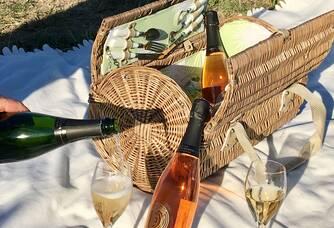 Au cœur de notre vignoble familial , notre Champagne dans ses deux couleurs !!!!
