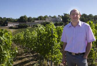 Pierre Rebaud au milieu de son vignoble